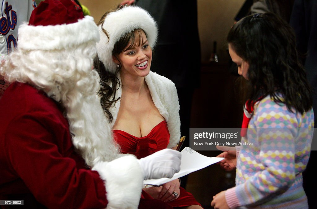 Anna Benson, dressed as Mrs. Claus, helps her husband, New Y : News Photo