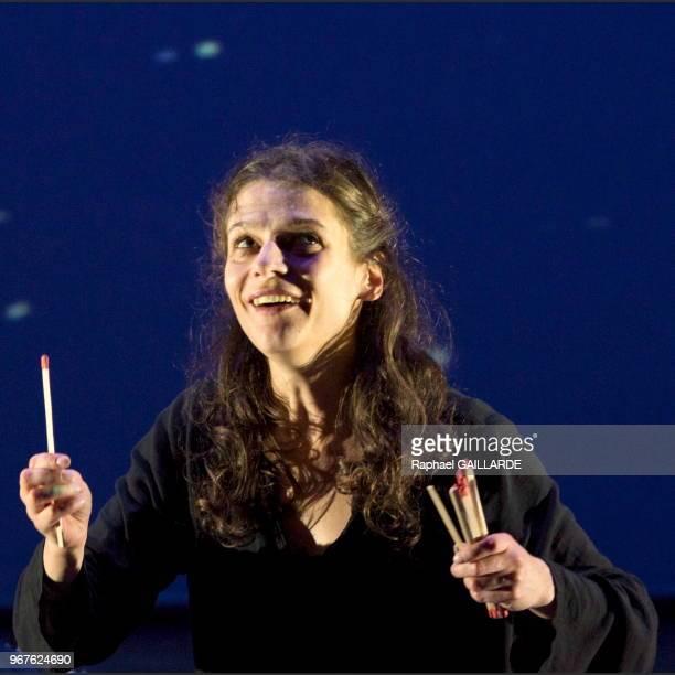 Anna Cervinka de la troupe de la ComédieFrançaise interprète au 'Studio Théâtre' la pièce 'La petite fille aux allumettes' de Hans Christian Andersen...