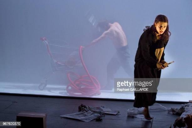 Anna Cervinka et Nâzim Boudjenah de la troupe de la ComédieFrançaise interprètent au 'Studio Théâtre' la pièce 'La petite fille aux allumettes' de...