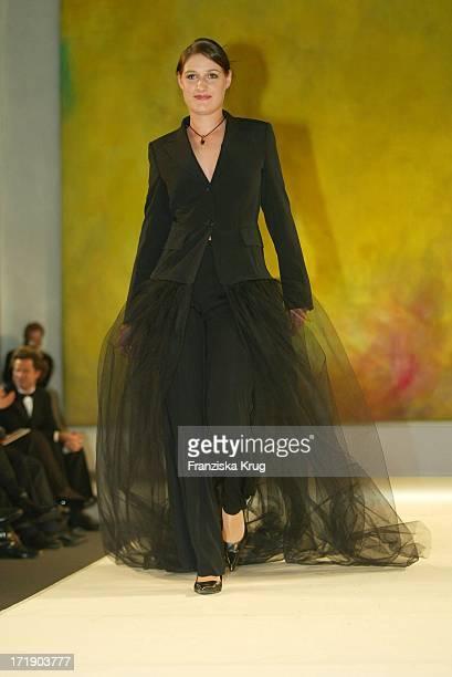 Anna Christina Rau Läuft Als Model Bei Der Benefiz Modenschau Auf Schloss Bellevue Am 211003