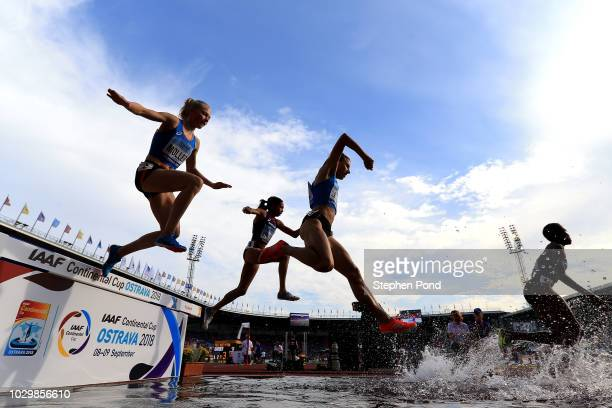 Anna Emilie Moller of Team Europe Aisha Praught of Team Americas and Ophelie ClaudeBoxberger of Team Europe compete in the Womens 3000 Metres...