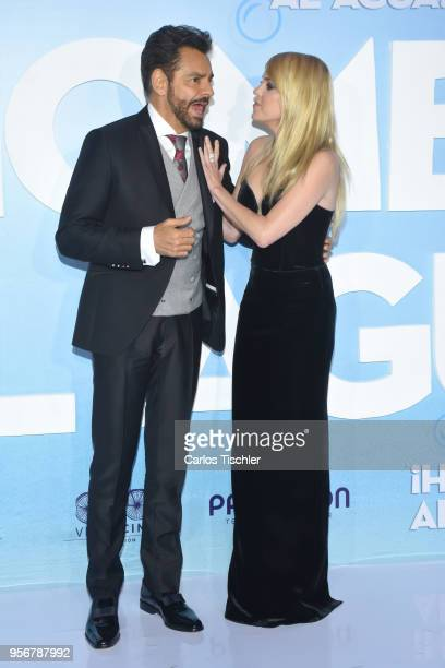 Anna Faris and Eugenio Derbez pose for pictures during the 'Overboard ' Mexico City premiere at Cinemex Antara on May 8 2018 in Mexico City Mexico