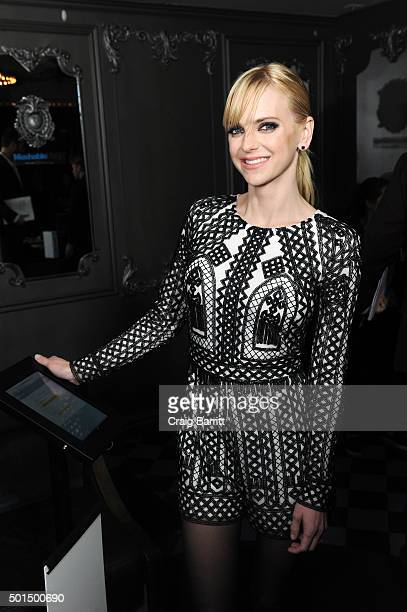 Anna Faris finalizes her purchases from the new online-only Mashable Shop using her Visa Checkout account at Up & Down on December 15, 2015 in New...