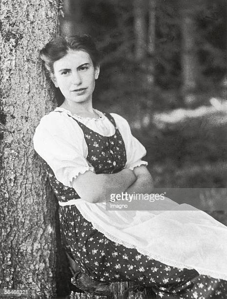 Anna Freud wearing an austrian dirndl Photography 1912 [Anna Freud im Dirndl Photographie 1912]