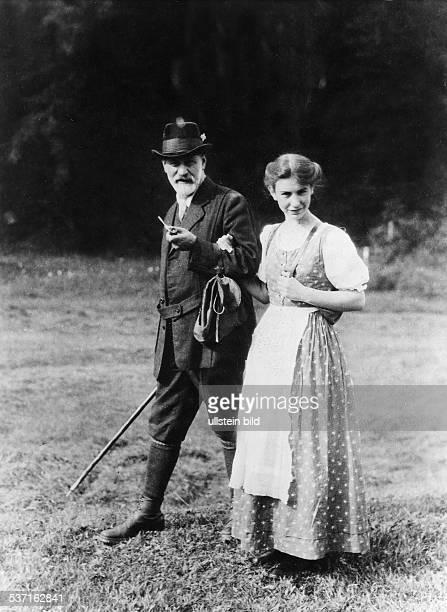 Anna FreudAnna FreudSigmund FreudSigmund Freud Wissenschaftler Psychoanalytiker Österreich mit seiner Tochter Anna in den Dolomiten undatiert