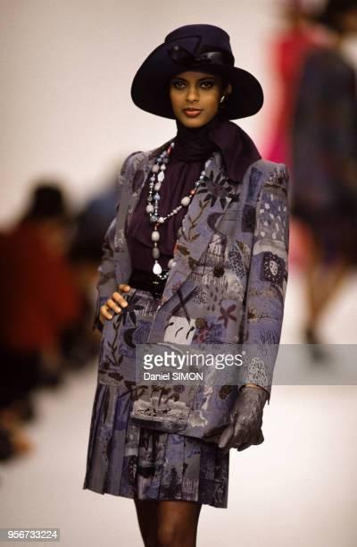 Anna Getaneh au défilé JeanLouis Scherrer PrêtàPorter collection AutomneHiver à Paris en mars 1992 France