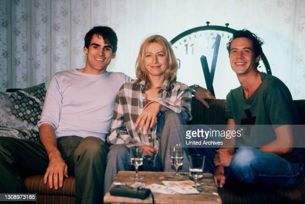"""Anna, Johann und Max trinken in der gemeinsamen Wohnung. Allerdings stellt diese """"Ménage à trois"""" die Freundschaft der drei auf eine harte Probe......"""