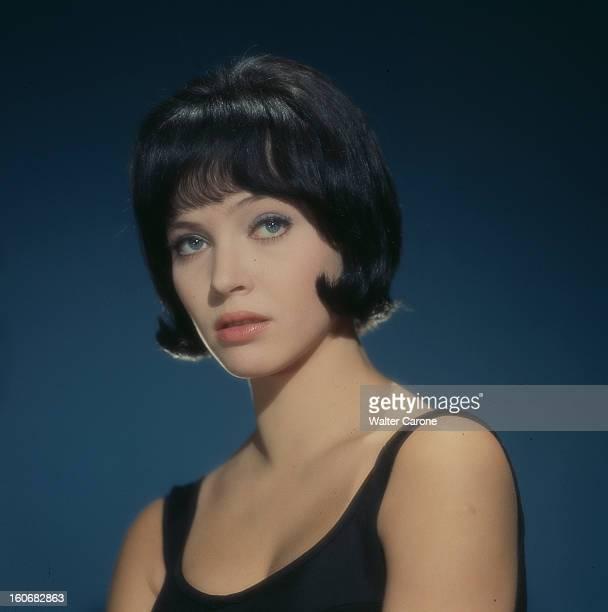 Anna Karina Poses In Studio. En décembre 1962, portrait en studio de l'actrice Anna KARINA coiffée d'une perruque brune au carré et portant un haut...