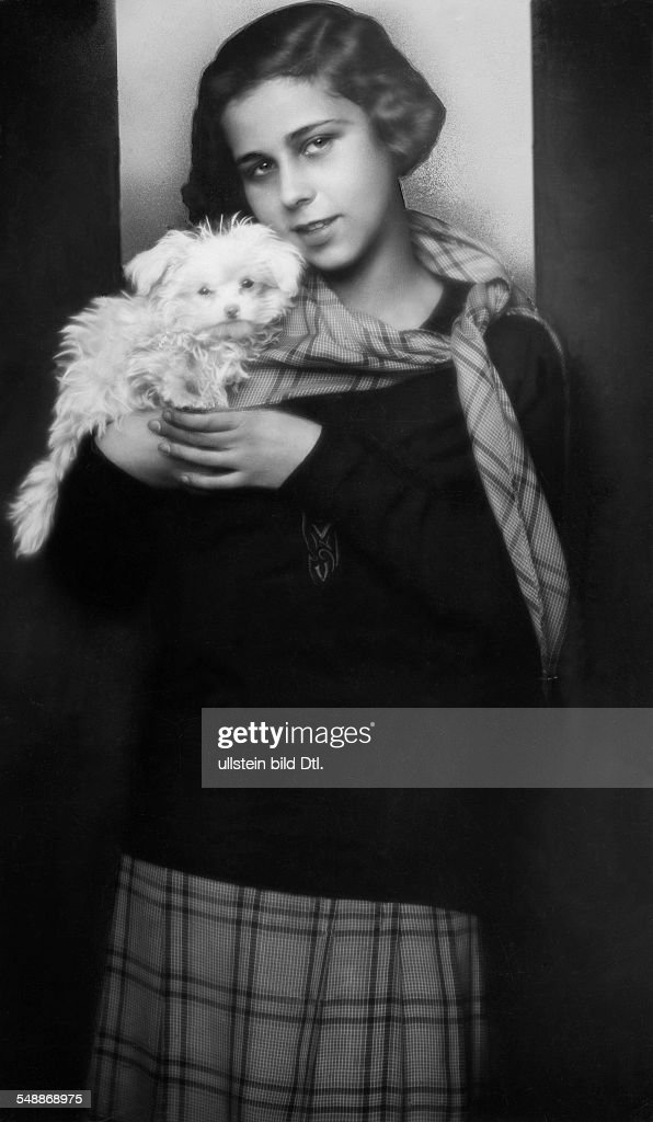 Anna Katharina Salten (widowed Rehmann) - Actress, Translator, Switzerland *1904-1977+ - with her dog  - 1933 - Photographer: Edith Barakovich  - Published by: 'Tempo' 02.05.1933  Vintage property of  : News Photo