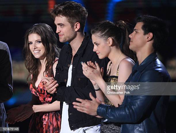 Anna Kendrick Robert Pattinson Kristen Stewart and Taylor Lautner from Twilight Saga New Moon accept the Best Movie award onstage at the 2010 MTV...