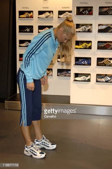 Terapia amenazar límite  Anna Kournikova gets fitted for her custom Adidas sneakers News Photo -  Getty Images