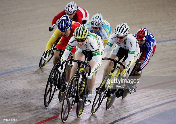 Anna Meares leads the pack during the womens Keiren second round on day three of the 2006 UCI Track Cycling World Cup at the Dunc Gray Velodrome...