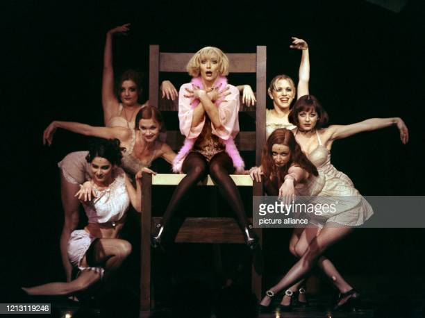 """Anna Montanaro in der Rolle der Sally Bowles bei einer Preview des Musicals """"Cabaret"""" am 4.12.1999 im Düsseldorfer Capitol-Theater. Während in..."""