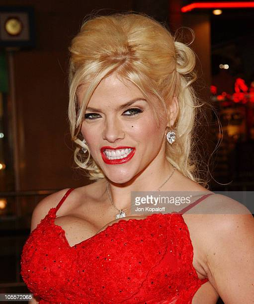 """Anna Nicole Smith during """"Be Cool"""" Los Angeles Premiere - Arrivals at Grauman's Chinese Theater in Hollywood, California, United States."""