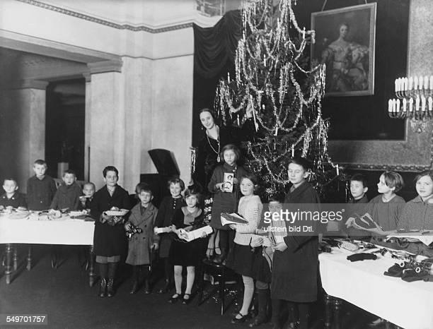 Anna Pavlova *12021881 Ballet dancer Russia giving Christmas presents to children in Berlin