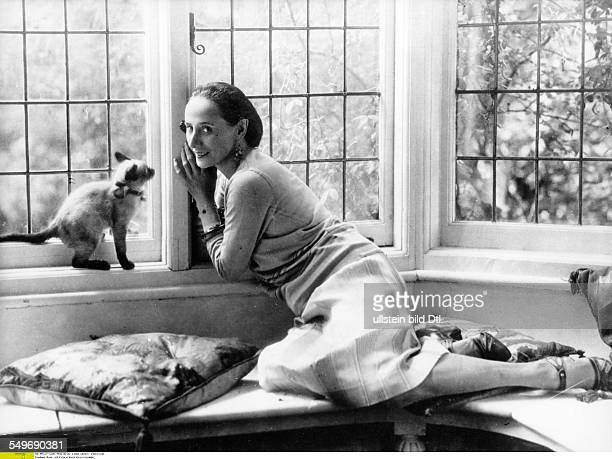 Anna Pavlova *12021881 Ballet dancer Russia Principal artist of the Imperial Russian Ballet St Petersburg with cat in her house in London Hampstead...