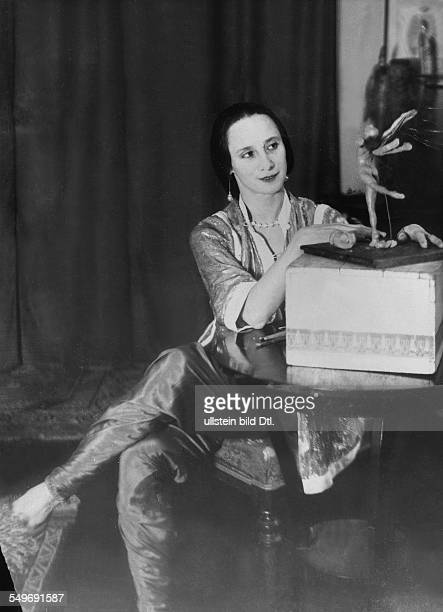 Anna Pavlova *12021881 Ballet dancer Russia Principal artist of the Imperial Russian Ballet St Petersburg molding a figurine