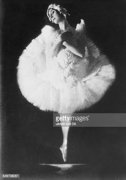 Anna Pavlova *12021881 Ballet dancer Russia Principal artist of the Imperial Russian Ballet St Petersburg in the role 'The Dying Swan' undated