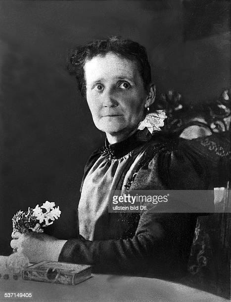 Anna Rothe Geisterbeschwörerin D hielt in BerlinSchöneberg spiritistische Sitzungen ab in den Händen hält sie Blumen die sie aus dem Jenseits...
