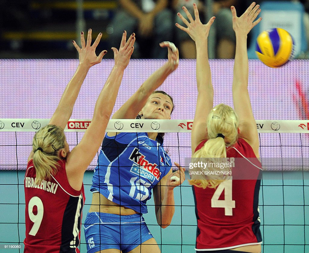 Anna Rybaczewski (L) and Christina Bauer : News Photo