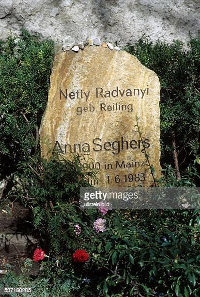 Anna Seghers Schriftstellerin D Grab auf dem Dorotheenstädtischen Friedhof in Berlin Chaussestrasse 1998
