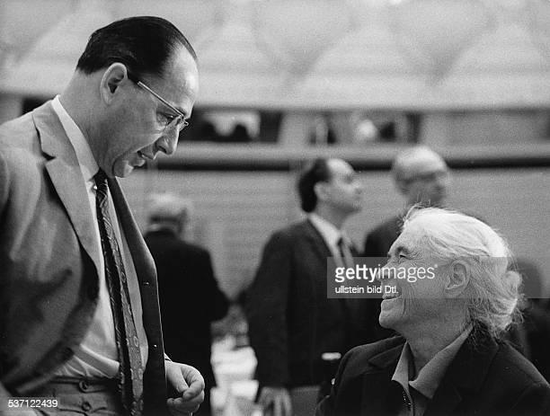Anna Seghers Schriftstellerin D Präsidentin des Schriftstellerverbandes der DDR mit dem Minister für Kultur Klaus Gysi 1970