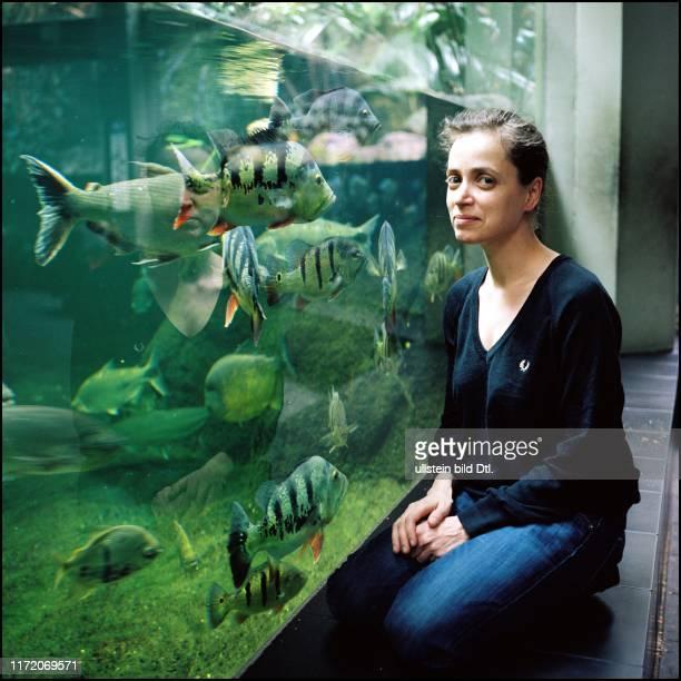 Anna Thalbach - Schauspielerin beim Spaziergang mit Britta Stuff im Aquarium - Zoo Berlin