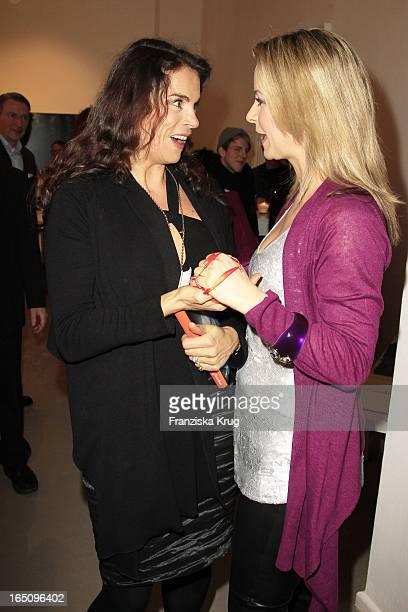 Anna Von Griesheim Mit Bettina Cramer Bei Der Präsentation Ihres Buches Einfach Gut Angezogen In Der Galerie Morgen In Berlin