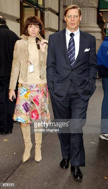 Anna Wintour Editorinchief of Vogue magazine and her businessman beau Shelby Bryan walk down Fifth Ave November 2 2001 in New York City