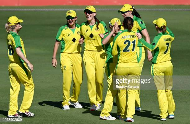 Annabel Sutherland of Australia celebrates with her team mates after taking the catch to dismiss Amy Satterthwaite of New Zealand during game three...