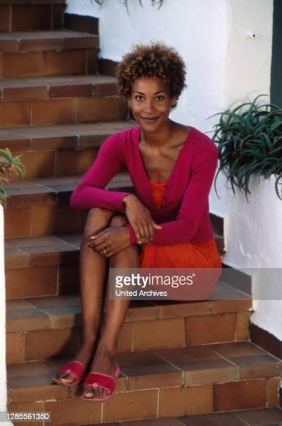 """Annabelle Mandeng, deutsche Schauspielerin und Moderatorin, nach dem Dreh ihrer letzen Folgen von """"Fit for Fun"""" auf der Insel Mallorca, Spanien 2000."""