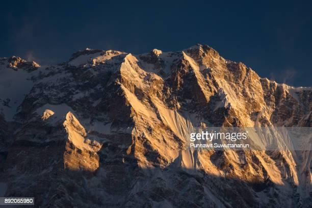 annapurna i mountain peak at sunrise, abc trek, pokhara, nepal - land geografisches gebiet stock-fotos und bilder