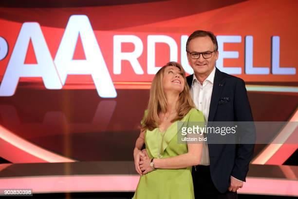 """Anne Gesthuysen und ihr Ehemann Frank Plasberg fordern in dem neuen Quiz """"Paarduell"""" andere mutige Ehe- oder Liebespaare zum täglichen Wissensduell...."""