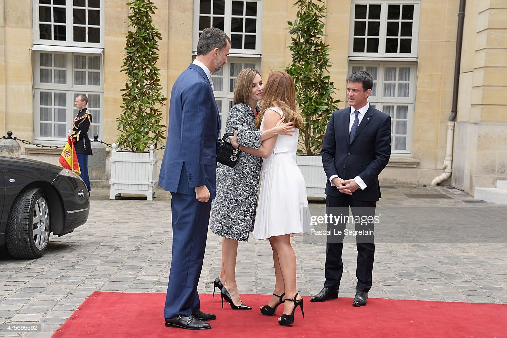 Anne Gravoin greets Queen Letizia of Spain as King Felipe of Spain and French Prime Minister Manuel Valls stand in the courtyard of the Hotel Matignon on June 3, 2015 in Paris, France.
