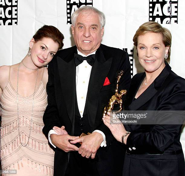 Anne Hathaway Garry Marshall ACE Golden Eddie Filmaker Of The Year winner and Julie Andrews at the 54th Annual ACE Eddie Awards on February 15 2004...