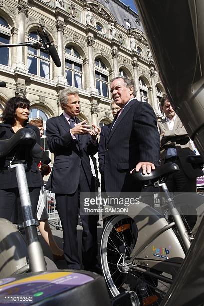 Anne Hidalgo JeanFrancois Decaux Chief Executive of JCDecaux and Richard M Daley Mayor of Chicago comes to Paris France on September 11th 2007 to...