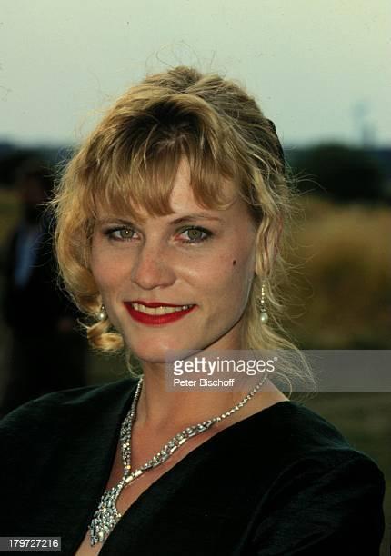 11 Juni 1963 Sternzeichen Zwillinge Kette Halskette Ohrring Schmuck Schauspielerin Promis Prominenter Prominente