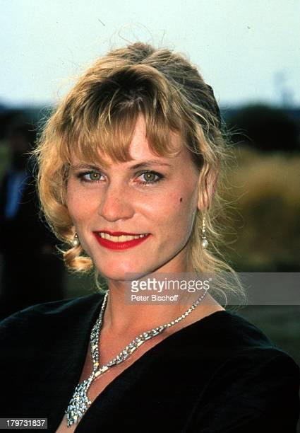 11 Juni 1963 Sternzeichen Zwillinge Kette Halskette Ohrring Schmuck Schauspielerin Promis Prominente Prominenter
