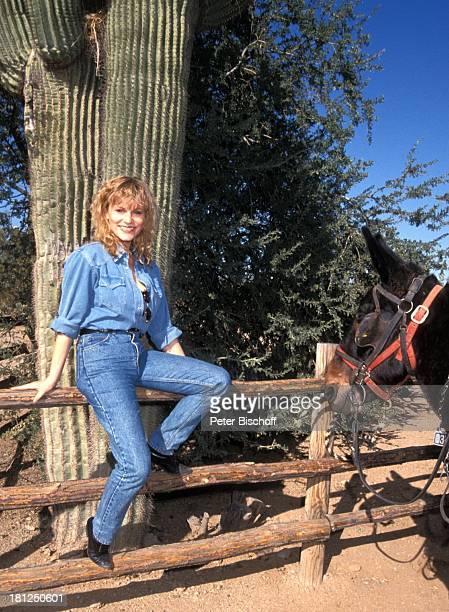 Anne Kasprik PRO 7 Serie 'Glueckliche Reise ' Folge 15 'USA/Arizona' Episode 1 'Ein Seniorenheim im Westerndorf' Scottsdale/Arizona Zaun Tier Pferd...