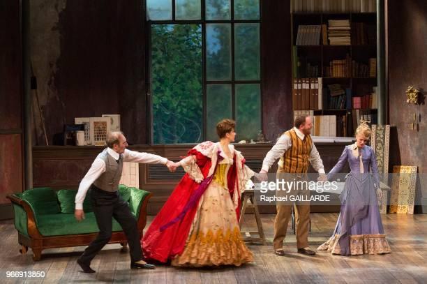Anne Kessler Florence Viala Jérôme Pouly et Michel Vuillermoz lors de l'interprétation de L'Hôtel du LibreÉchange de Georges Feydeau par la troupe de...