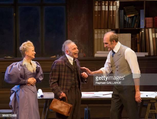 Anne Kessler Michel Vuillermoz et Christian Hecq lors de l'interprétation de L'Hôtel du LibreÉchange de Georges Feydeau par la troupe de la...