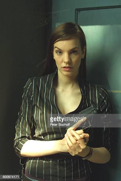 Die Wache KölnDelbrück Schauspielerin Waffe Pistole Promi PNr490/2003 LK Foto Peter Bischoff/E Veröffentlichung nur gegen Honorar und Beleg