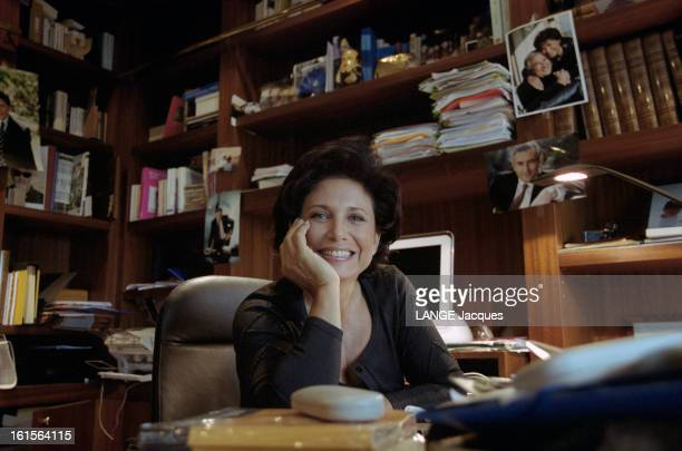 Anne Sinclair At Home In The Sixteenth District In The Apartment She Shares With Her Husband Dominique Strauss Kahn Anne SINCLAIR souriante assise...