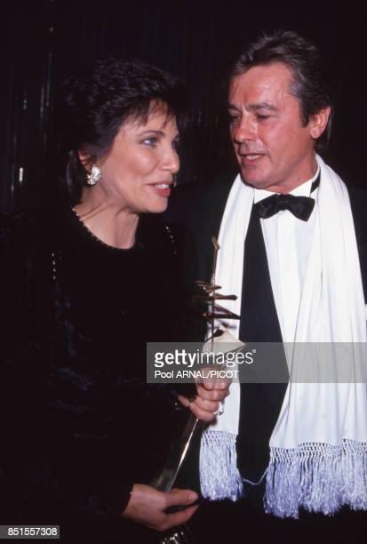 Anne Sinclair et Alain Delon lors de la cérémonie de remise des Sept d'Or à Paris en décembre 1990 France