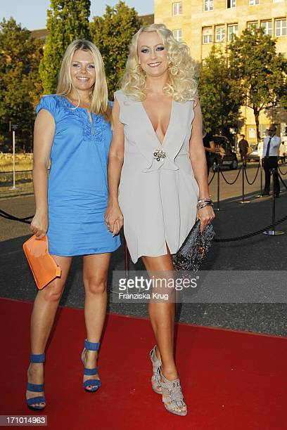 Anne Sophie Briest Und Jenny Elvers Elbertzhagen Bei Der Ankunft Zur Michalsky Style Fashion Night Anlässlich Der Fashion Week 2011 In Berlin Im...