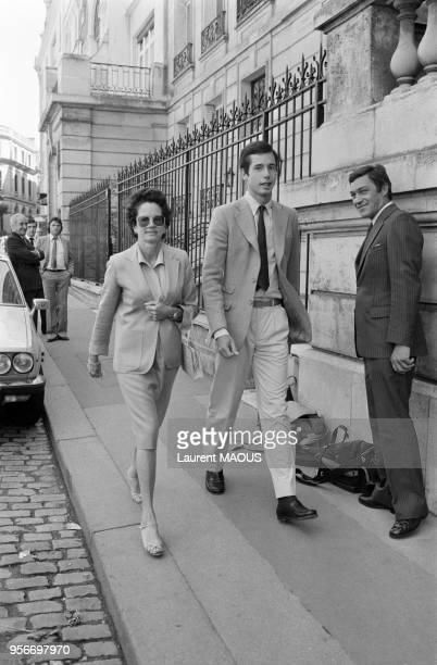 AnneAymone Giscard d'Estaing marche dans la rue avec son fils cadet LouisJoachim le 11 septembre 1981 à Paris France