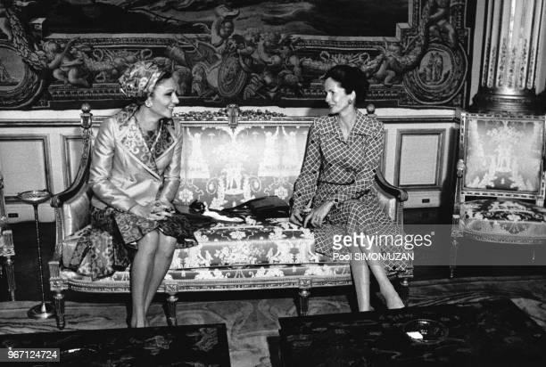 AnneAymone Giscard d'Estaing épouse du président de la République Française et l'impératrice d'Iran Farah Pahlavi lors de la visite officielle du...