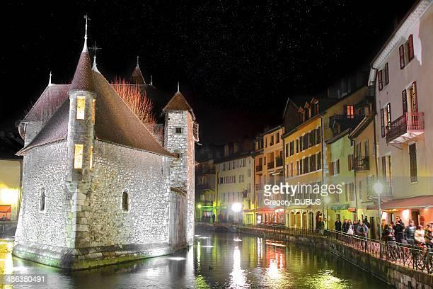 Annecy ville de nuit avec les étoiles