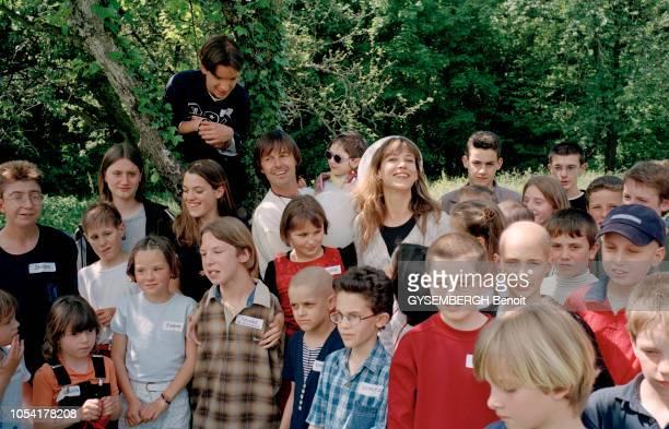 Annecy France 23 mai 1999 Sophie MARCEAU et Nicolas HULOT marraine et parrain de l'association pour les enfants malades 'Arcenciel' Ici le...
