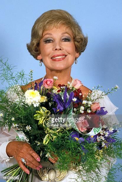 Anneliese Rothenberger 16 Juni 1990 Portrait Geburtstag Sternzeichen Zwillinge Porträt Blumenstrauss Sängerin Promis Prominente Prominenter